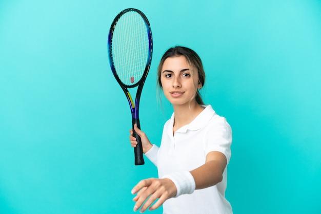 Jonge blanke vrouw geïsoleerd tennissen