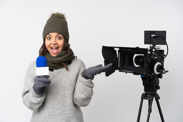 Jonge blanke vrouw gewichtheffen geïsoleerd op blauwe achtergrond met duimen maken omdat er iets goeds is gebeurd