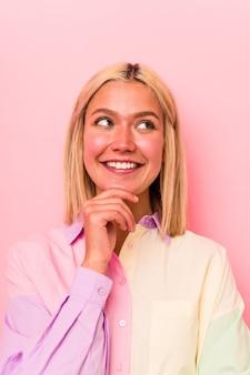 Jonge blanke vrouw gezicht close-up geïsoleerd op roze background