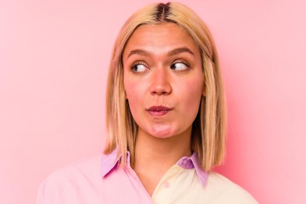 Jonge blanke vrouw gezicht close-up geïsoleerd op roze muur