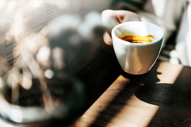 Jonge blanke vrouw in een coffeeshop