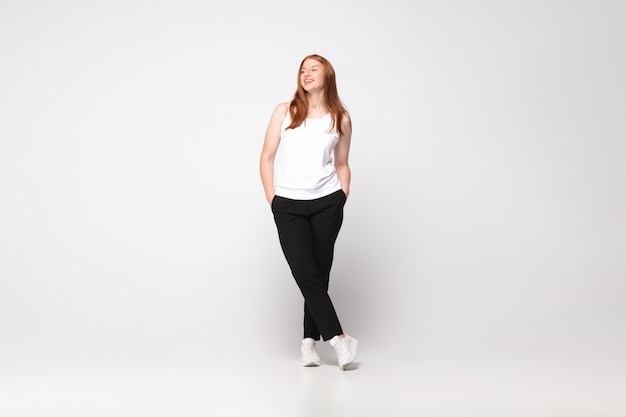 Jonge blanke vrouw in vrijetijdskleding. bodypositief vrouwelijk karakter, plus size zakenvrouw