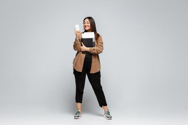 Jonge blanke vrouw in vrijetijdskleding. lichaam positief vrouwelijk karakter, plus size zakenvrouw