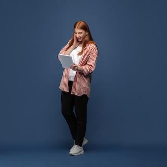 Jonge blanke vrouw in vrijetijdskleding. lichaam positief vrouwelijk model