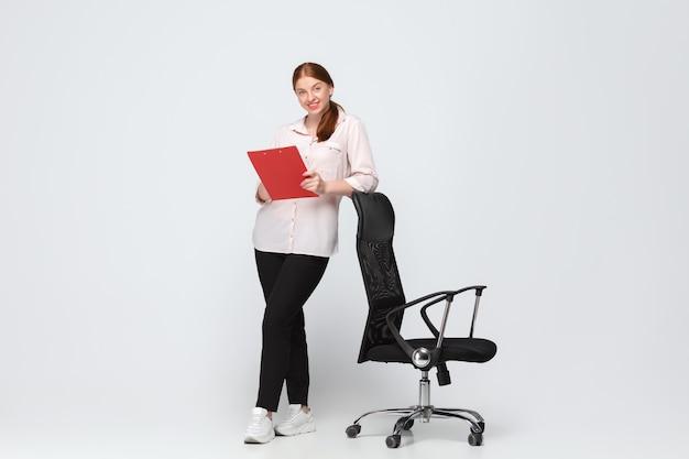 Jonge blanke vrouw in vrijetijdskleding. lichaamspositief vrouwelijk model