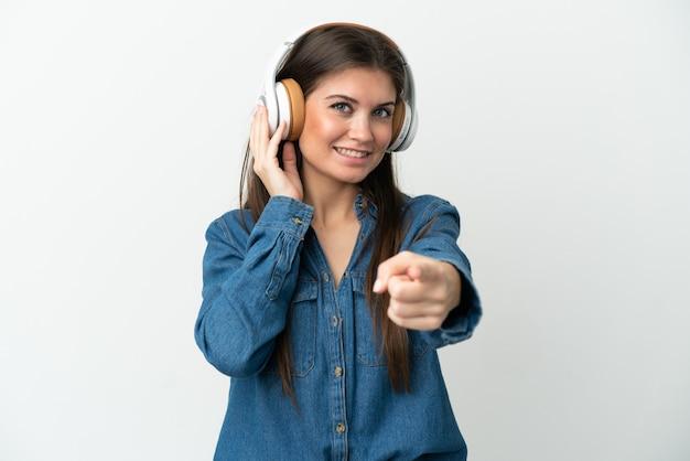 Jonge blanke vrouw isoleerde muziek luisteren en naar voren wijzen