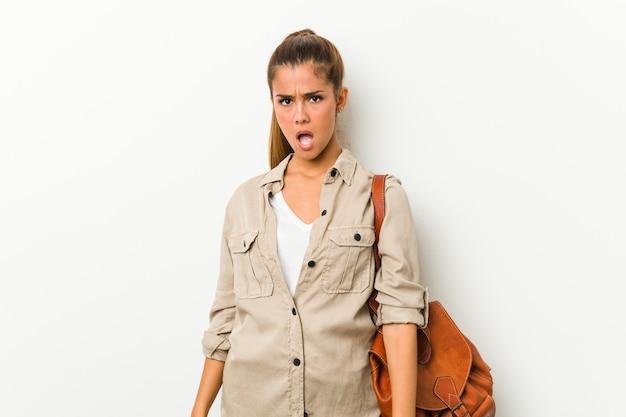 Jonge blanke vrouw klaar voor een reis die erg boos en agressief gilt.