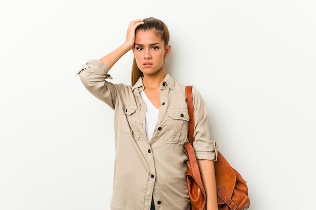 Jonge blanke vrouw klaar voor een reis die geschokt is, herinnert ze zich een belangrijke ontmoeting.