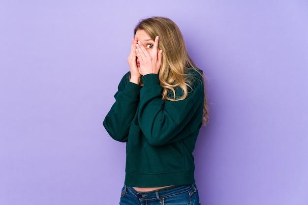 Jonge blanke vrouw knipperen door angstige en nerveuze vingers.