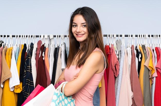 Jonge blanke vrouw kopen wat kleren in een winkel