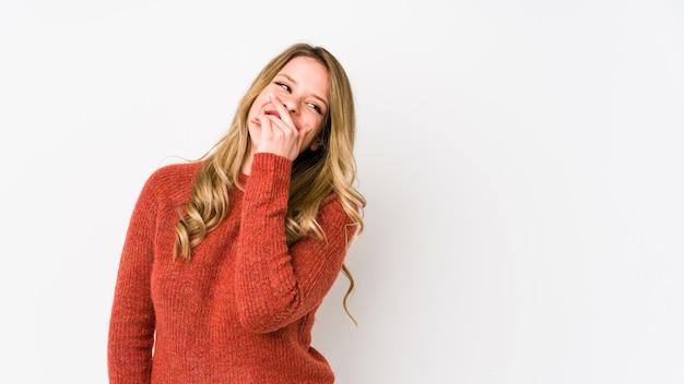 Jonge blanke vrouw lachen blij, zorgeloos, natuurlijke emotie.