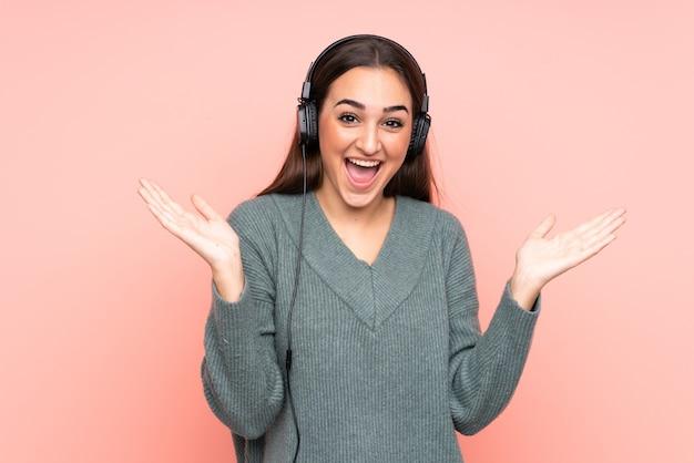 Jonge blanke vrouw luisteren muziek