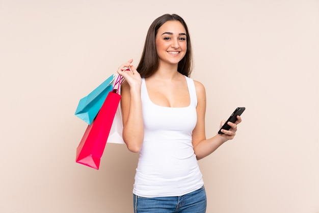 Jonge blanke vrouw met boodschappentassen