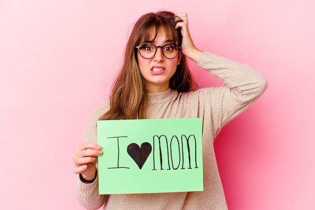 Jonge blanke vrouw met een ik hou van moeder geïsoleerd geschokt, ze heeft belangrijke ontmoeting herinnerd.