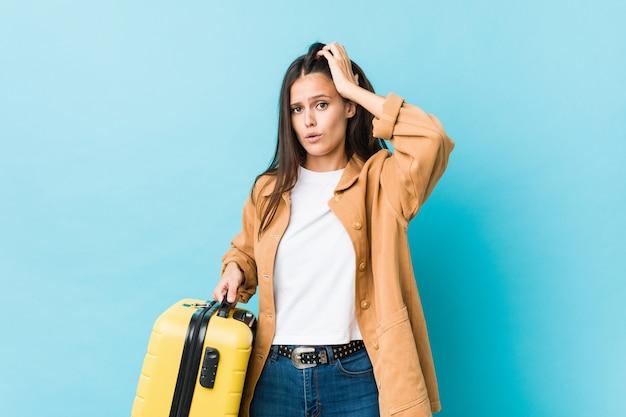 Jonge blanke vrouw met een koffer die geschokt is, heeft ze een belangrijke vergadering onthouden.