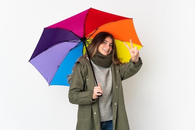 Jonge blanke vrouw met een paraplu geïsoleerd