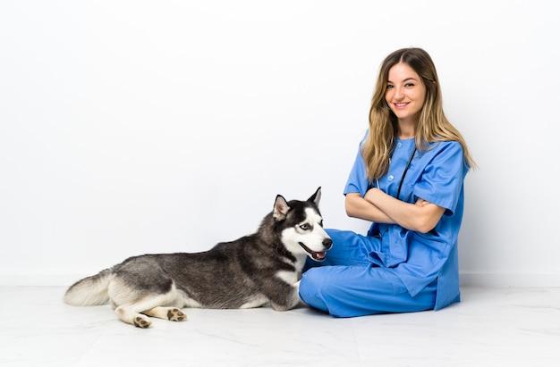 Jonge blanke vrouw met haar hond
