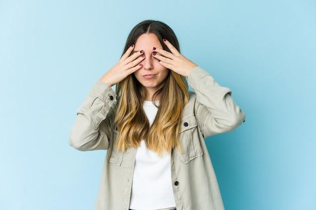 Jonge blanke vrouw met hoofdpijn, wat betreft de voorkant van het gezicht.