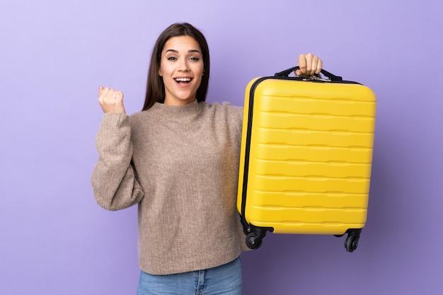 Jonge blanke vrouw met reiskoffer