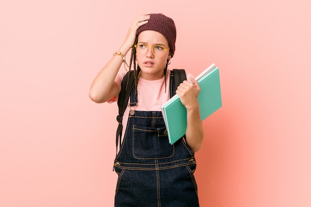 Jonge blanke vrouw met sommige schriften die geschokt zijn, heeft ze een belangrijke vergadering onthouden.