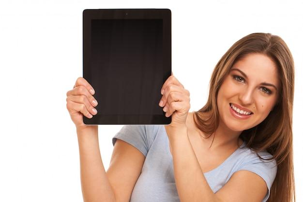 Jonge blanke vrouw met tablet-pc