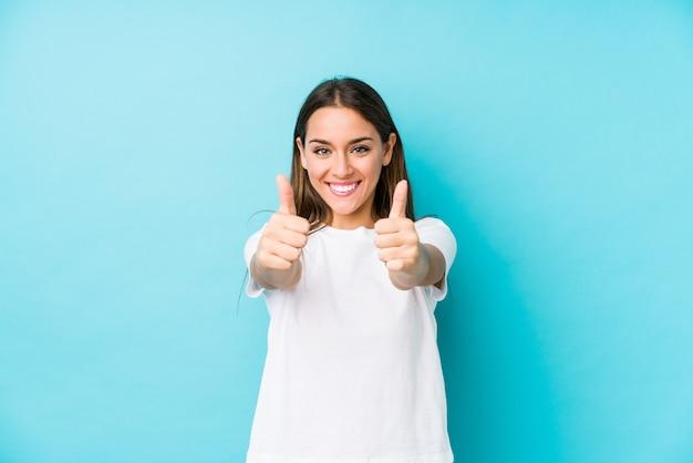 Jonge blanke vrouw met thumbs ups, cheers over iets