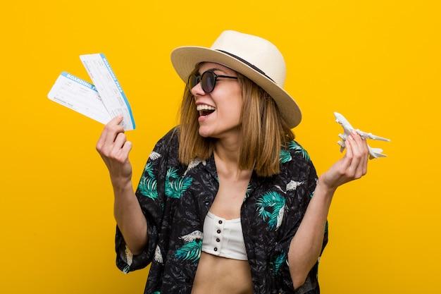 Jonge blanke vrouw met vliegtickets erg blij.