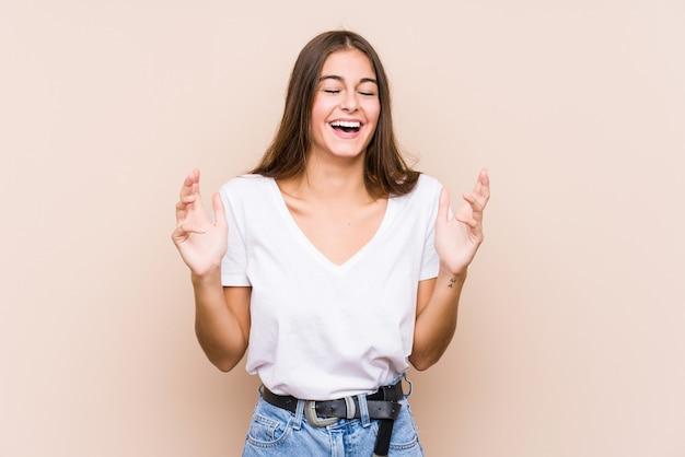 Jonge blanke vrouw poseren geïsoleerd blij lachen veel. geluk concept.