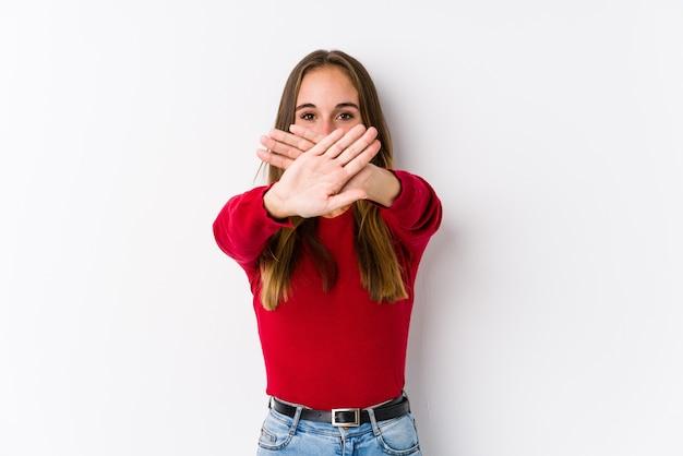 Jonge blanke vrouw poseren geïsoleerd doet een ontkenningsgebaar