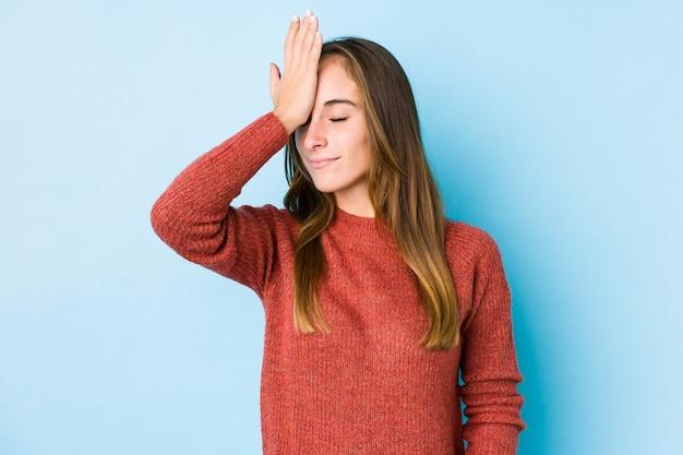 Jonge blanke vrouw poseren geïsoleerd iets vergeten, voorhoofd met palm meppen en ogen sluiten.
