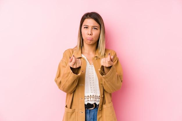 Jonge blanke vrouw poseren geïsoleerd waaruit blijkt dat ze geen geld heeft.