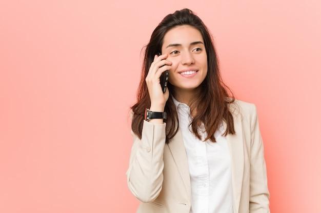 Jonge blanke vrouw praten aan de telefoon