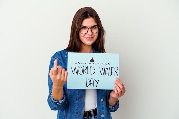 Jonge blanke vrouw vieren wereld water dag geïsoleerd op roze persoon met de hand wijzend naar een shirt kopie ruimte, trots en zelfverzekerd