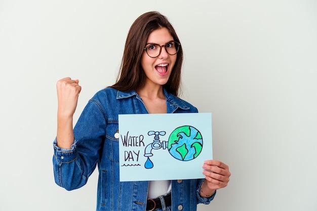 Jonge blanke vrouw viert wereldwaterdag geïsoleerd op roze punten met duimvinger weg, lachend en zorgeloos.