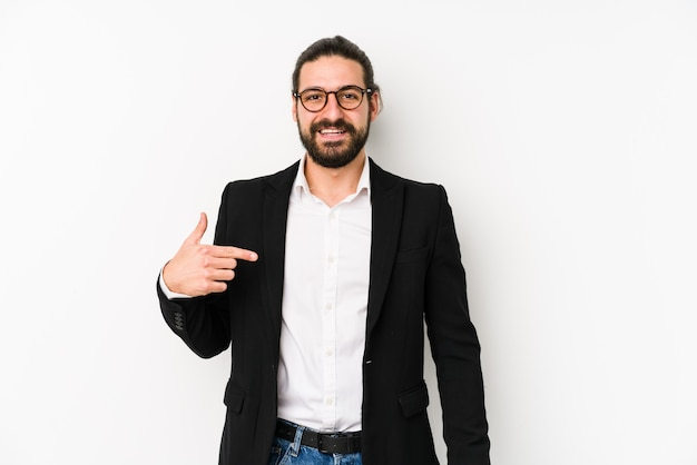 Jonge blanke zakenman geïsoleerd op een witte ruimte persoon met de hand wijzend naar een shirt kopie ruimte, trots en zelfverzekerd