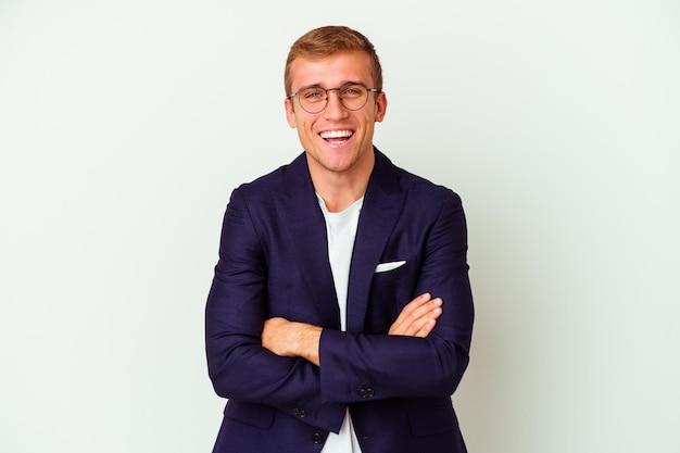 Jonge blanke zakenman geïsoleerd op wit lachen en plezier maken.