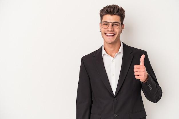 Jonge blanke zakenman met koptelefoon geïsoleerd op een witte achtergrond glimlachend en duim omhoog