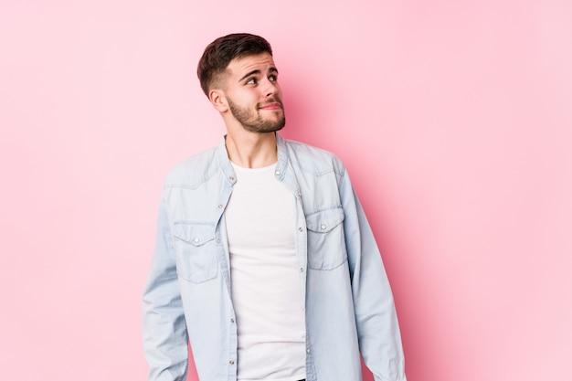 Jonge blanke zakenman poseren in een witte muur geïsoleerd dromen van het bereiken van doelen en doeleinden <mixto>