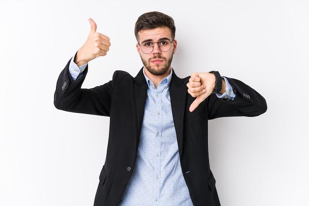 Jonge blanke zakenman tonen duimen omhoog en duimen naar beneden