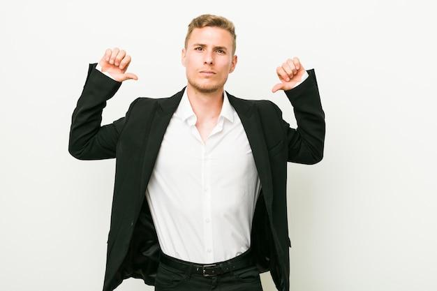 Jonge blanke zakenman voelt zich trots en zelfverzekerd, voorbeeld te volgen.