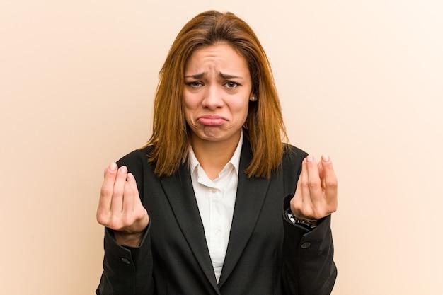 Jonge blanke zakenvrouw die laat zien dat ze geen geld heeft.