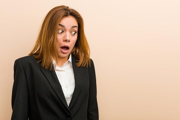 Jonge blanke zakenvrouw geschokt vanwege iets dat ze heeft gezien.