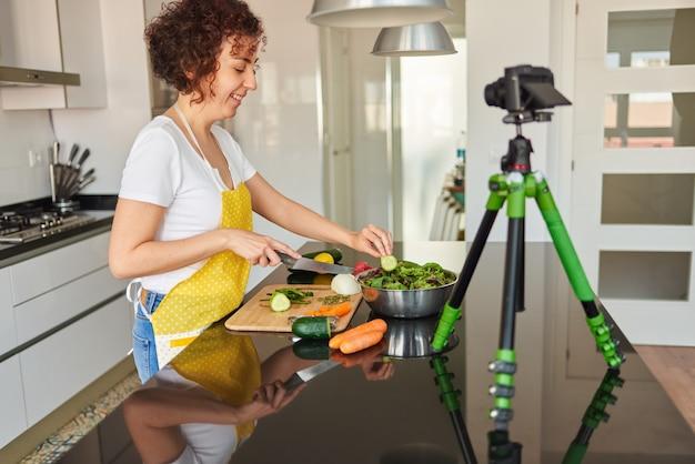 Jonge blogger en online influencer die videocontent opneemt over gezonde voeding