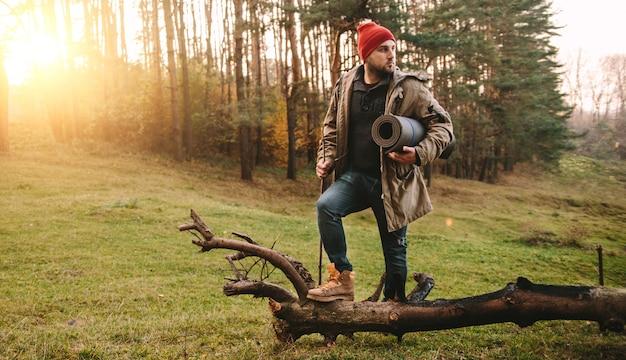 Jonge blogger fotograaf reizen in bergbos
