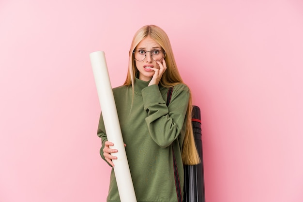 Jonge blonde architectuurstudent bijtende nagels, nerveus en erg angstig.