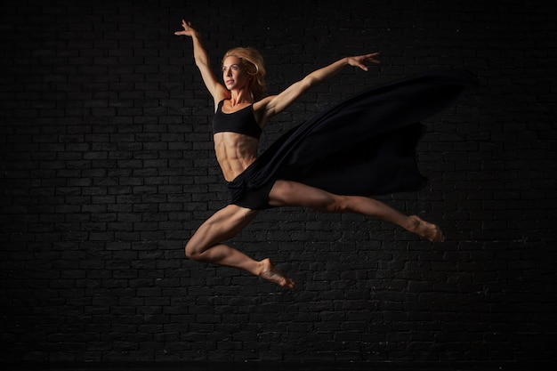 Jonge blonde ballerina in sportkleding ondergoed dansen