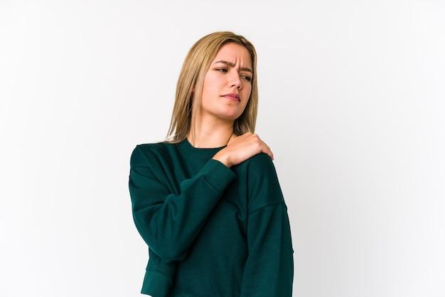 Jonge blonde blanke vrouw geïsoleerd met pijn in de schouder.