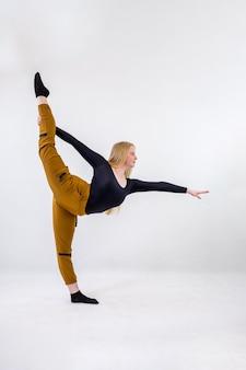 Jonge blonde blue-eyed danseres vrouw op witte achtergrond