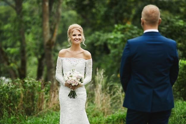 Jonge blonde bruid met haar knappe bruidegom