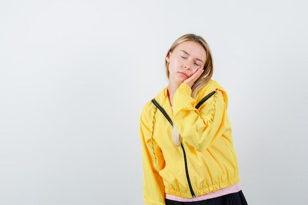 Jonge blonde charmante vrouw geïsoleerd